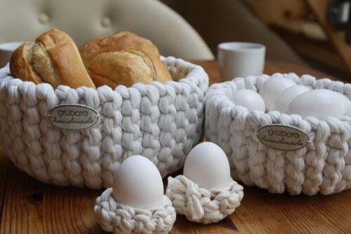 Gestrickte Körbe und gehäkelte Eierbecher für den Frühstückstisch