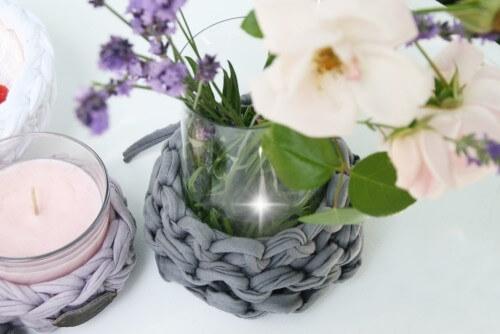 Textilo-Stillleben mit Vase